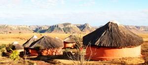"""Les bungalows de """"Chez Alice"""" avec une vue superbe sue le massif de l'Isalo."""