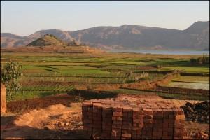 La fabrication des briques est étroitement liée à la riziculture. Ici,dans la région d'Ampefy, au bord du lac Itasy.