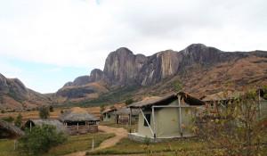 L'impressionnant bloc de granit du Tsaronoro trône dans cette magnifique vallée du parc de l'Andringitra. Madagascar du nord au sud.
