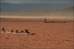 La rivière Tsiribihina est la voie principale de communication pour les habitants de la région. ,