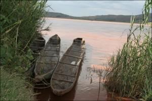 A la saison des pluies, les eaux de la rivière Tsiribihina sont chargées de latérite.