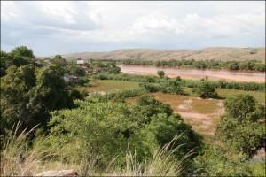 Vue de la rivière Tsiribihina des hauteurs de Miandrivazo.