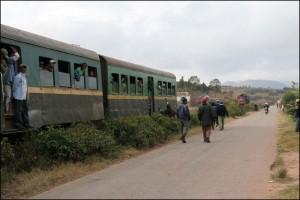 Avant d'arriver à la gare de Sahambavy, les wagons se décrochent de la loco ce jour là. Heureusement, c'est sur le plat.