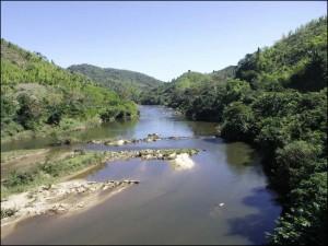 La rivière Ionilahy vue du viaduc qui l'enjambe.