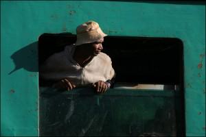 Un passager de deuxième classe à la fenêtre.