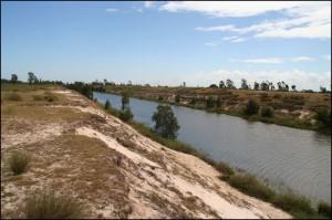 """Le Canal des Pangalanes qui relie plusieurs lacs, présente des longs tronçons cdrusés par l""""homme."""