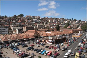 Les pavillons du marché d'Analakely aux toits si caractéristiques.