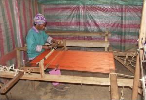 Tissage de la soie sauvage dans la région d'Ambositra. On retrouvera les écharpes tissées dans les boutiques des marchés de la capitale.