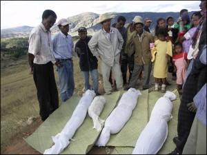 Moment de recueillement devant les dépouilles mortelles des ancêtres.