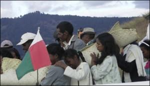 Les corps sont amenés par la famille au coin Nord-Est du tombeau.