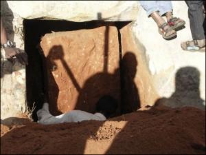 L'ouverture de la lourde porte en pierre.