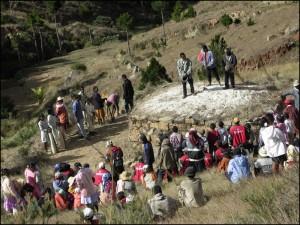 La famille, les amis et les notables sont autour du tombeau tandis que le chef du village prend la parole.