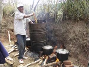 La cuisson du cochon sacrifié pour l'occasion et du riz.