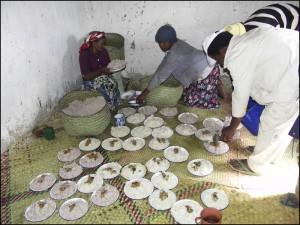 Les femmes préparent le repas (bemenaka) à l'assiette afin que chaque convise ait sa part.