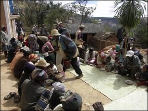 Le repas se déroule par terre sur des nattes de penjy neuves pour l'occasion.