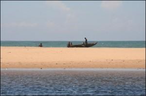 Un étroit banc de sable sépare par endroit le canal et l'Océan Indien. Le canal au premeir plan