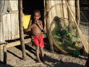 Enfant de pêcheur dans un village en bordure des Pangalanes.