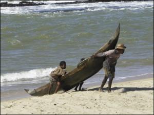 Retour de la pêche sur l'Océan Indien avec de bine frêles pirogues.