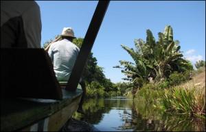 A certains endroits, les canaux sont si étroits que seules les embarcations de petite taille peuvent naviguer.