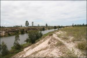 Le canal creusé par l'homme avant d'arriver à Nosy Varika. A côté, la piste qui relie Mahanoro à Vosy Varika est très sableuse.