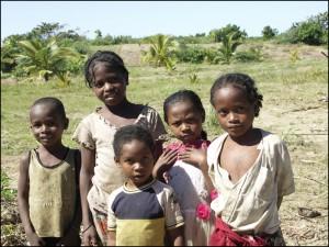 Enfants de pêcheurs sur le canal des Pangalanes, de l'ethnie des Betsinisaraka.