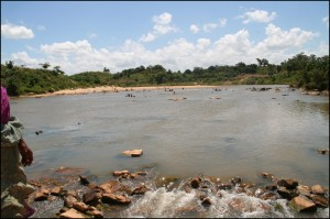 La rivière Fanantara vue du pont qui l'enjambe bien au nord d'Ambohitsara.