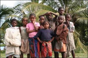 Groupe d'enfants sur le bord du canal des Pangalanes.