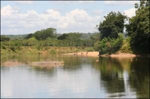 Superbes paysages dans lesquels les riverains profitent de l'eau douce du canal pour leurs besoins quotidiens : toilette, lavage, etc.
