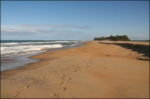 La magnifique plage à Mangatsiotra où l'Océan Indien est séparé du canal par une mince bande de sable qui s'efface souvent pour laisser les eaux se rejoindre.