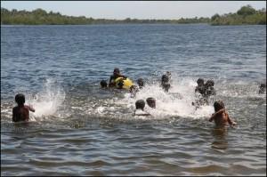Les enfants du village de pêcheurs de Mangatsiotra s'en donnent à cœur joie dans l'eau légèrement saumâtre du canal.