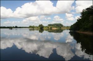 Le calme de la rivière Sakaléona dans son parcours finale tranche avec la vue tumultueuse qu'elle offre plus en amont.