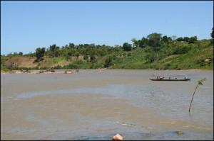La pirogue, encore et toujours, restera le moyen de pransport sur la côte Est tant il y a de rivières, canaux, lacs et lagunes.