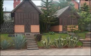 Les sympathiques bungalows sculptés dans le style Zafimaniry de l'Artisan Hôtel à Ambositra.