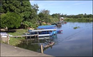 Les embarcations spécialement équipées pour la navigation touristique sur le canal des Pangalanes nous attendent au port.