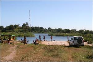 Pour accéder à Nosy Varika, le, plus simple reste le bateau. En voiture (4x4 obligatoire) il faut prendre le bac en arrivant de Mahanoro et un vieux pont si on vient de Mananjary.