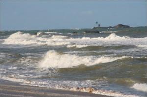 L'Océan Indien est tumultueux et impressionnant sur la côte Est. Ici, l'océan à Vatomandry.