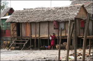 Les cases en bois et falafa sont encore de nos jours très présentes partout sur Madagascar.