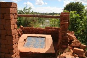 La brique sert pour tout type de construction. Vieux puits.