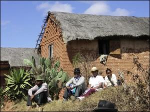 Dans les campagnes, les maisons sont aussi maintenant en brique sur les Hautes Terres, mais souvent la toiture est recouverte de chaume.