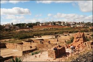 Fabrication des briques dans la banlieue de Tananarive.