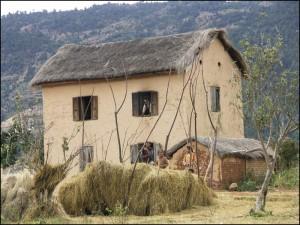 Maison en brique et toit de chaume dans la campagne d'Antsirabe.