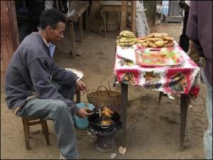 Vendeur de beignets de bananes dans les rues d'Antsirabe.