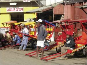 Quelques uns des innombranles pousse-pousse d'Antsirabe.