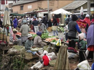 Marché traditionnel dans le quartier des 67ha à Tananarive.