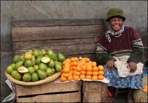 Vendeuse de fruits installée sur le trottoir à Tananarive.