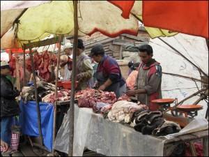 Boucherie dans le marché traditionnel du quartier des 67ha à Tananarive.