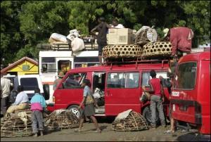 Les taxis brousse se préparent pour le départ dans la gare routière de Tuléar.