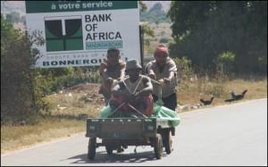 Sur la route goudronnée, on rencontre très souvent des chariots sur roulement à bille servant au transport local.
