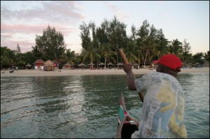 Arrivée à Mangiy, juste avant la nuit, sur la plage de l'hôtel Vovo Telo.