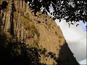Massif calcaire de Jurassique moyen qui émerge d'une plaine basaltique située à 50m au-dessus du niveau de la mer.